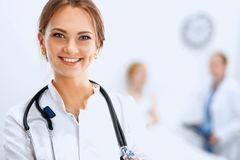 medico-della-donna-che-sorride-e-che-guarda-alla-macchina-fotografica-45742411.jpg